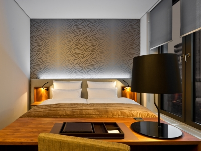 rooms suites at cosmo hotel berlin mitte germany design hotels. Black Bedroom Furniture Sets. Home Design Ideas