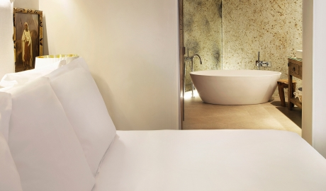 Hotel Claris Bedroom Bathtub View M 10 R