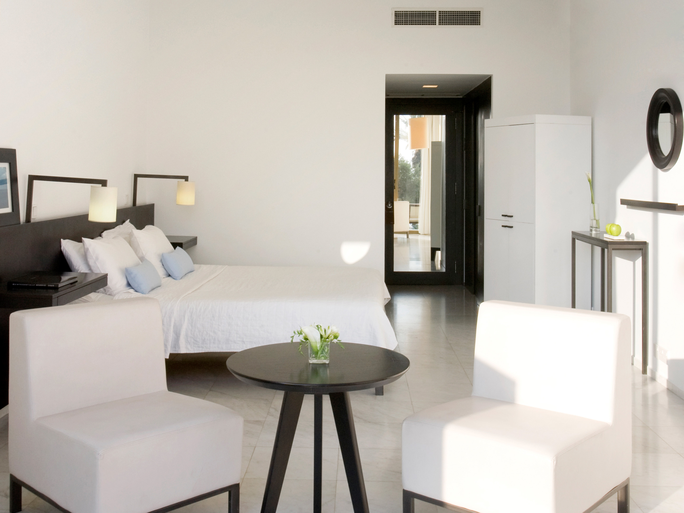 Rooms suites at almyra in paphos cyprus design hotels for Design hotel zypern